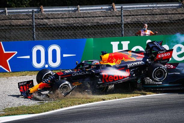 Max Verstappen ja Lewis Hamilton kolaroivat rajusti Monzassa.
