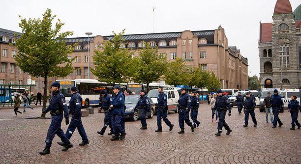 Poliisit ottivat vuosi sitten Helsingin Rautatientorilla kiinni niskoittelevia, JHL:n työnseisausta tukeneita anarkisteja. Perjantaina on poliisien vuoro osoittaa mieltä samaisella torilla.