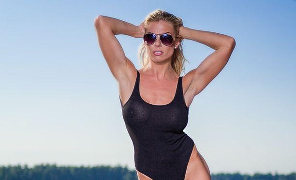 Fitness-malli Henna Peltonen emännöi kisoja.