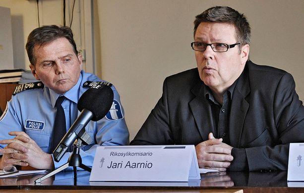 Lasse Aapio ja Jari Aarnio tiedotustilaisuudessa vuonna 2011.
