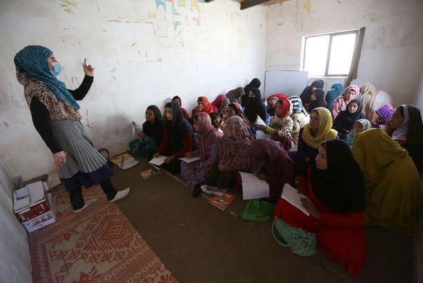 Afgaanityttöjä opiskelemassa. Monen opintie päättyy avioliittoon.