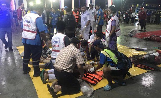 Pelastetuille turisteille annetaan ensiapua Phuketissa.