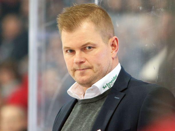 Ari-Pekka Pajuluoma oli tuttu näky Sport-joukkueiden vaihtoaitiossa lähes läpi viime vuosikymmenen.