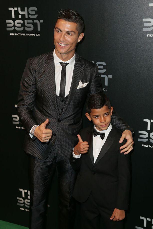 """Fifan vuoden pelaaja -tilaisuudessa Lontoossa oli isänsä kanssa tuttuun tapaan myös """"mini-me"""" Cristiano Ronaldo jr."""