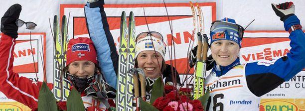 Marit Björgen (vas.) korostaa räväkistä kommenteistaan huolimatta, ettei hän syytä suomalaishiihtäjiä dopingista.