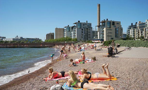 Ensi viikolla voi tuoreen ennusteen mukaan uskaltautua rannalle ainakin hetkeksi. Kuvituskuva.