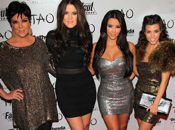 Tao-klubilla Vegasissa Kimin kanssa juhlivat muun muassa äiti Kris Jenner ja siskot Khloe ja Koutney Kardashian.