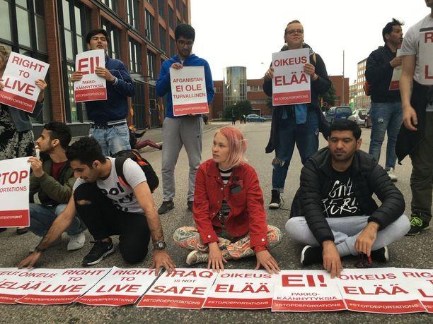 Turvapaikanhakijat ja heidän suomalaiset tukijansa osoittivat mieltään Migrin edustalla kesäkuussa. He vastustavat pakkopalautuksia ja kritisoitvat turvapaikkapäätöksissä olevia virheitä.