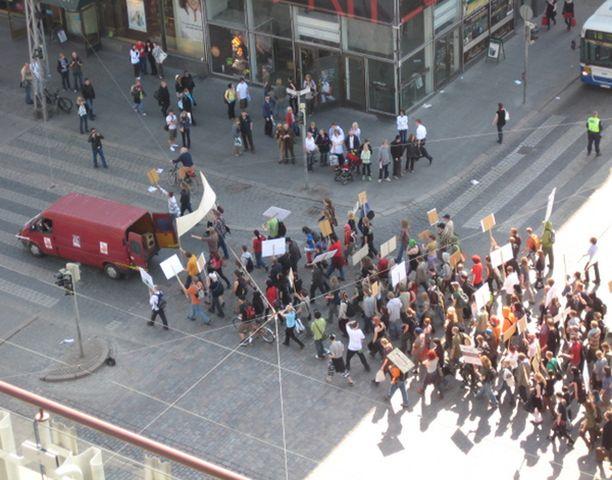 Kannabista puolustava mielenosoitus keräsi kymmeniä osallistujia Helsingissä.