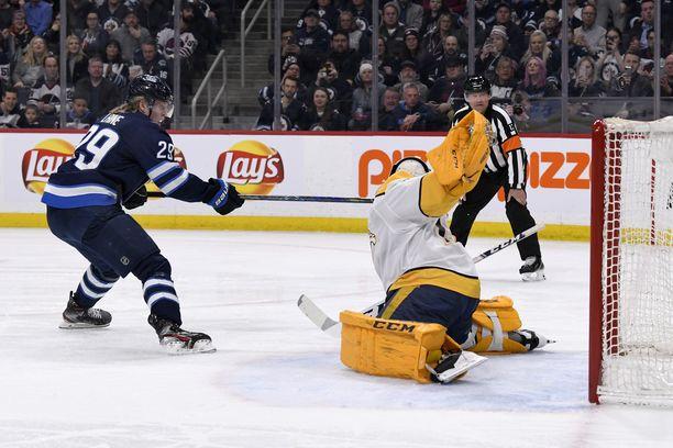 Nashville Predatorsin Juuse Saros torjuu Winnipeg Jetsin Patrik Laineen rangaistuslaukausen ottelun toisessa erässä.