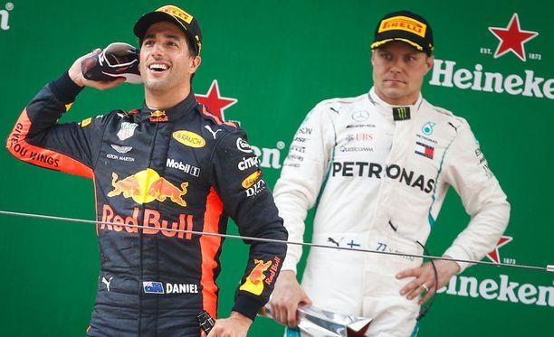 Valtteri Bottas oli jo matkalla kohti Kiinan GP:n voittoa, mutta radalle tullut turva-auto ja Red Bullin mestarillinen reagointi kallistivat taistelun Daniel Ricciardon hyväksi.