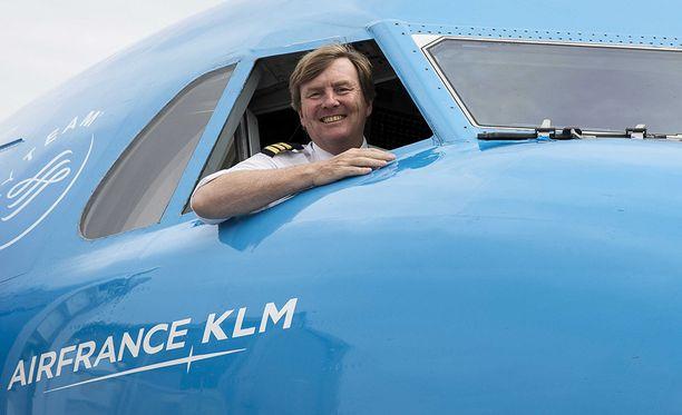 Kunigas kertoi, että jos ei olisi syntynyt kuninkaalliseen perheeseen, hän olisi halunnut kokopäiväiseksi lentäjäksi.