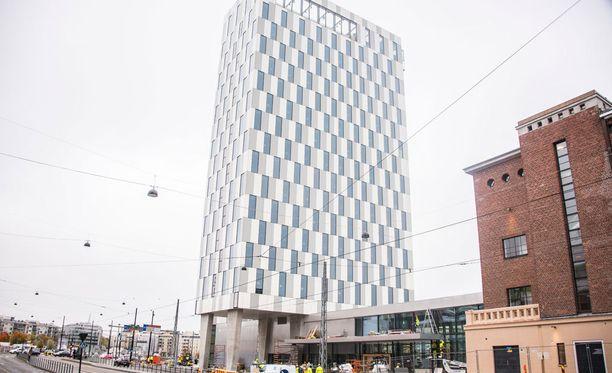 16-kerroksinen hotellitorni nousee korkeuksiin.