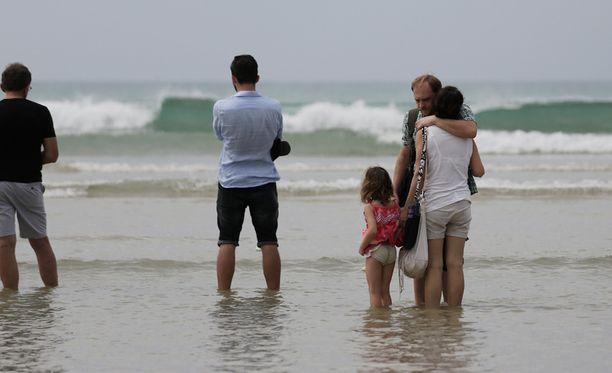 Tsunamin uhrien omaiset kerääntyivät rannalle muistelemaan läheisiään Khao Lakissa.