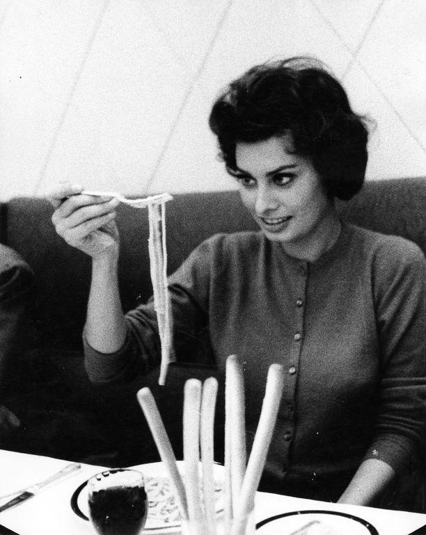 Sophia Loren nauttii pastasta vuonna 1957.