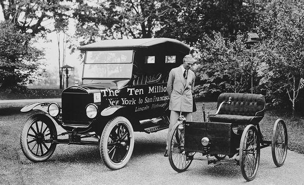 Ford ensimmäisen ja 10. miljoonannen autonsa kanssa vuonna 1924.