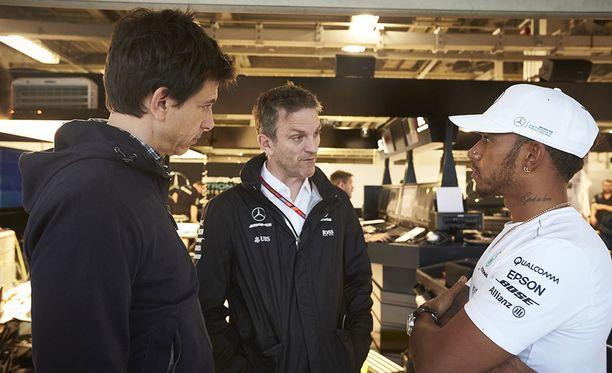 Toto Wolffin (vasemmalla) viime talvena järjestämä tapaaminen Lewis Hamiltonin kanssa oli elintärkeä Mercedeksen työilmapiirin kannalta.