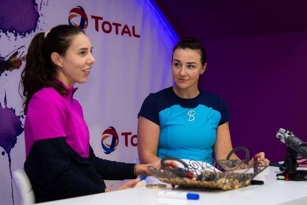 Abigail Spears (oikealla) kuvattuna vuosi sitten Dohassa. Vieressä Romanian Mihaela Buzarnescu.
