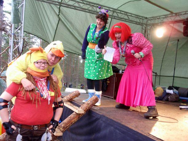 VAUHTI PÄÄLLÄ Kaisa Kyrö (vas.), Kirsi Salo, Helena Meriläinen ja Jenni Mellavuo aikoivat leikittää 150 partiolaisen ryhmää koko vuorokauden.