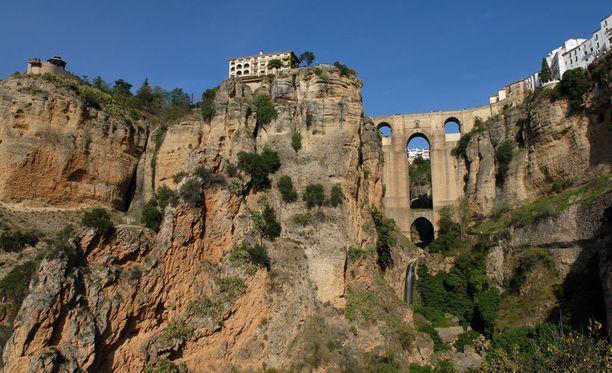 Ronda on rakennettu korkeille kallioille.