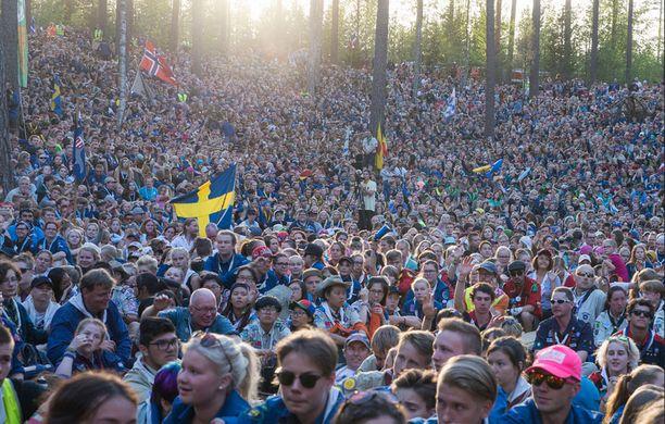 Tuhannet partiolaiset ympäri maailmaa saapuivat seuraamaan Sannin esiintymistä. Leirille osallistui lähes 17 000 partiolaista.