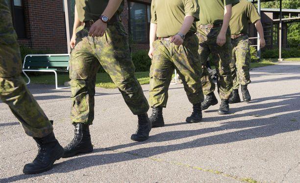 Puolustusvoimat harkitsee mies- ja naisalokkaiden majoittamista samoihin tupiin.