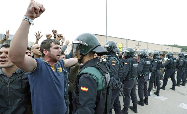 Äänestäjät ja mellakkapoliisi ottivat sunnuntaina yhteen Kataloniassa.