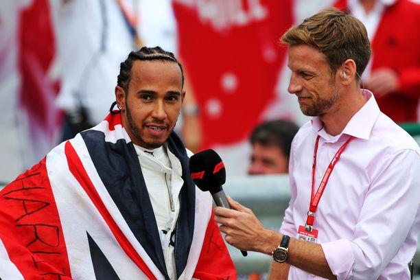 Jenson Button haastatteli Lewis Hamiltonia kisan jälkeen.