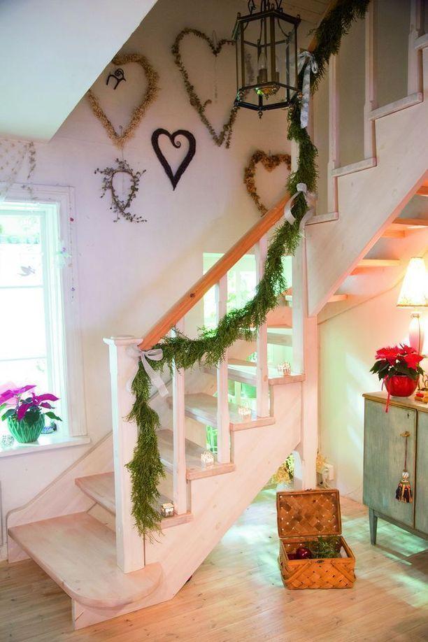 Olga löytää koristeet usein luonnosta. Tuijan oksista syntyi köynnös yläkertaan johtavaan portaikkoon.