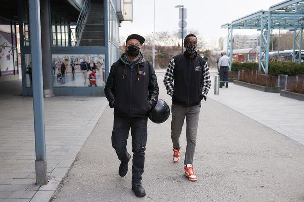 """Tuomas """"Tommo"""" Leppäniemi ja Omar Abdi toimivat Helsingin etsivän nuorisotyön palveluksessa Stadin jalkautujina."""