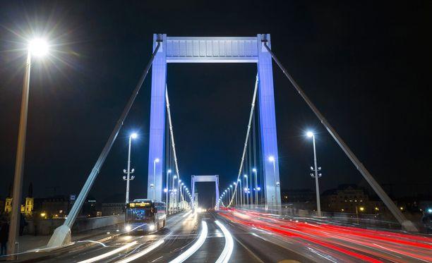 Unkarin Budapestin maamerkki Elisabetin silta valaistiin maanantaina sinivalkoisin värein Suomen 100-vuotisjuhlien kunniaksi.