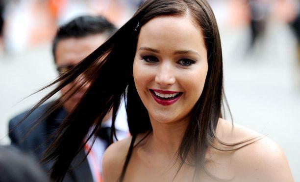 Jennifer hurmaa sekä tummana että vaaleana.