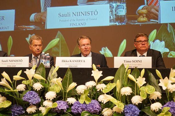 Kahden kauden pressa. Wannabe-puhemies. Ulkoministeri hillotolpalla. Niinistö-Kanerva-Soini.