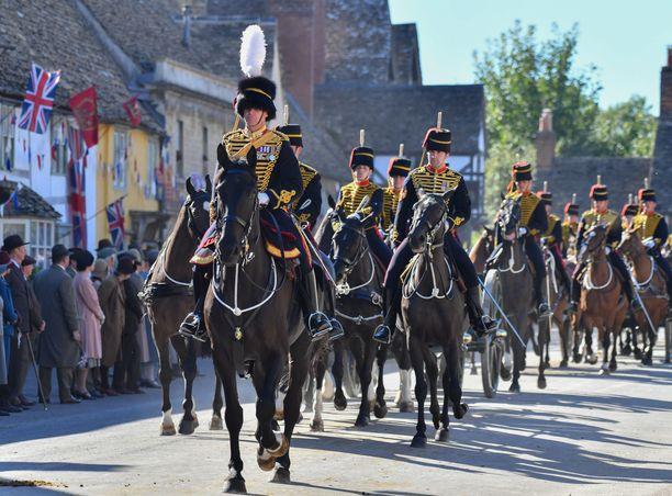 Elokuvassa kuninkaalliset vieraat saapuvat hevossaattueen kera.