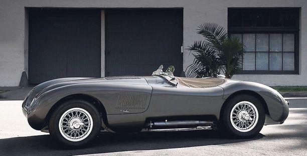 KISAPELI. Jaguar XK120. Moottori 3 442 cm3. Huippunopeus 230 km/h. Phil Hill ajoi Villa D'Estessä esillä olevalla autolla 1952 useita kisoja Amerikassa. Sen jälkeen hän omistautui Formula ykkösille.