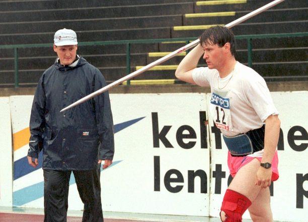 Jarkko Kinnunen menehtyi helmikuussa. Miehen heittoa 1990-luvulla seurasi vierestä veli Kimmo Kinnunen.