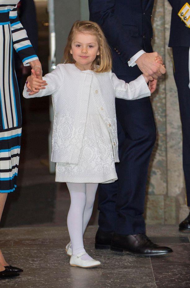 Estelle on aina puettu tyylkkäästi - lauantaina kokovalkoiseen.