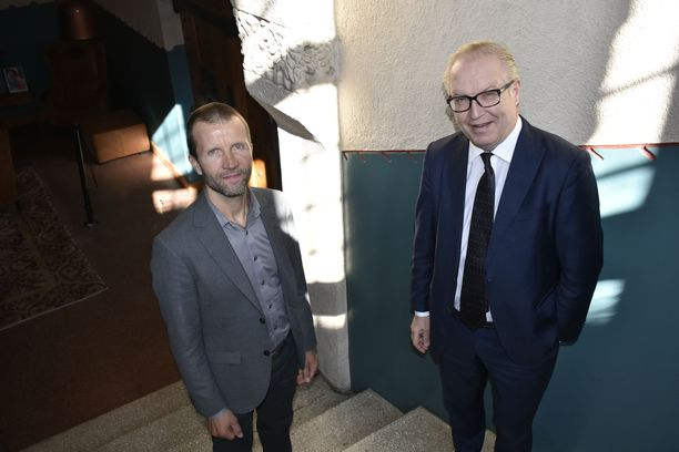 Akavan ekonomisti Heikki Taulu (vas.) ja puheenjohtaja Sture Fjäder heittävät järjestönsä esityksellä pallon pääministeri Antti Rinteen hallitukselle.