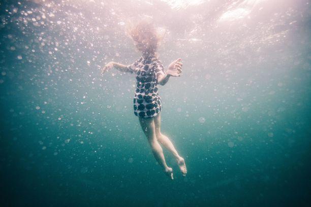 Veden alla poseeraaminen vaatii taitoja. Esimerkiksi kameran sijaintia voi olla hankala hahmottaa täysin.