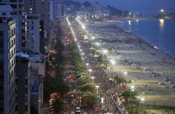 Sambakulkueet ovat keränneet kaupungin kaduille melkoisia väkimassoja.
