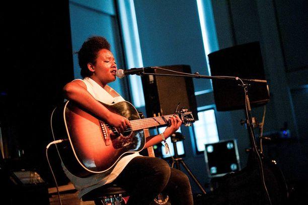 Etiopialaistaustainen laulaja ja lauluntekijä Mirel Wagner on Roukalan löytö.