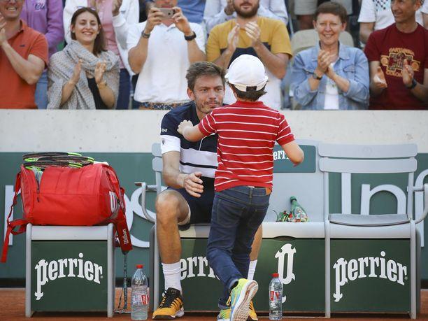 Nicolas Mahut sai tukea pojaltaan heti tappion jälkeen.