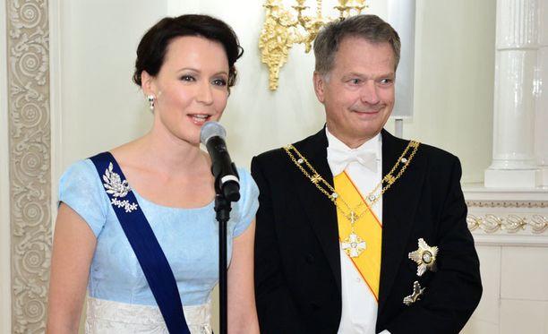 Jenni Haukio ja presidentti Sauli Niinistö vastasivat kysymyksiin Linnassa ennen kättelyn alkamista.