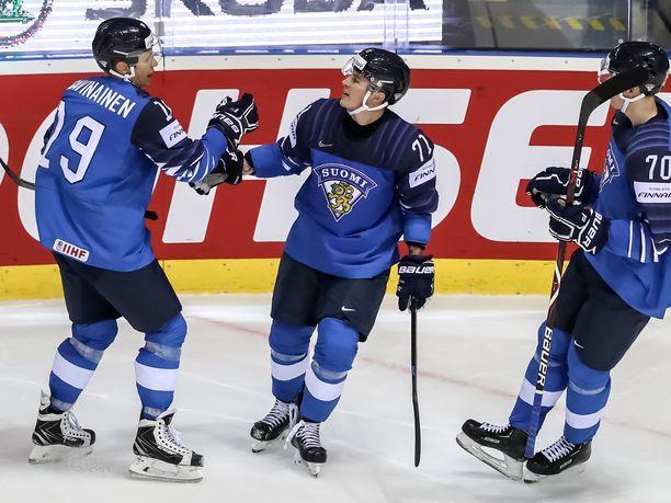 Kristian Kuusela (keskellä) avasi maalitilinsä MM-turnauksessa Iso-Britannia-pelissä.
