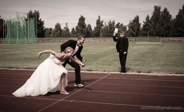 Jenni sai juoksuharrastuksestaan idean reipashenkiseen valokuvaan. Vihkipappina toiminut kirkkoherra Seppo Laitanenkin suostui mukaan.