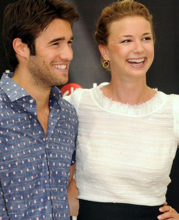 Emily VanCamp jahtaa kostoa saman nimisessä sarjassa. Sarjan puolella Joshua Browman on jo entinen heila, mutta tosielämässä romanssi kukoistaa edelleen.
