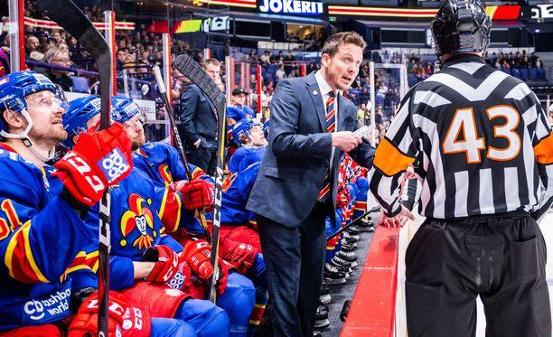 Jokerien valmentaja Lauri Marjamäki tivasi selitystä päätuomari Jevgeni Gamaleiltä - turhaan. Gamalei ei osa englantia.