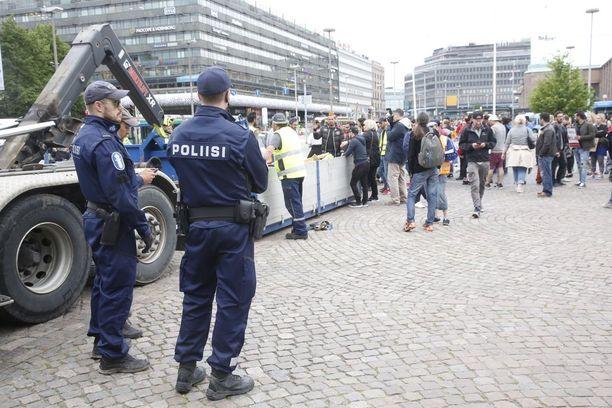 Poliisi partioi leirin luona ja seurasi sen purkua.