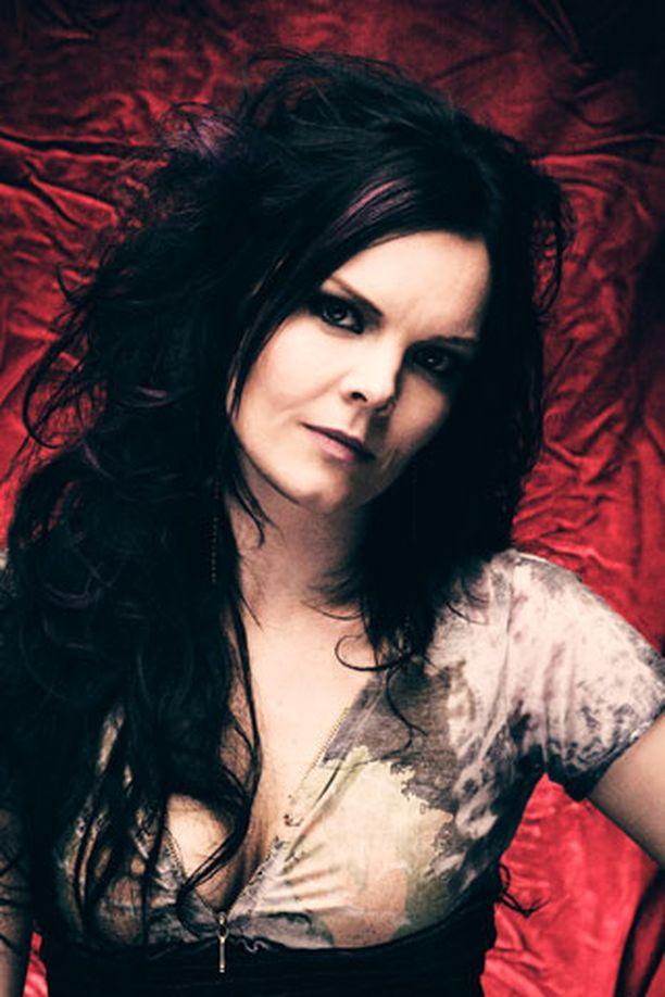 Anette Blyckert käyttää julkisuudessa taiteilijanimeä Anette Olzon.