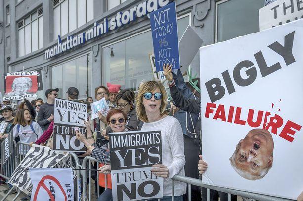 Trumpin vastaisissa mielenosoituksissa on nähty myös House of Cardsiin viittaavia julisteita.